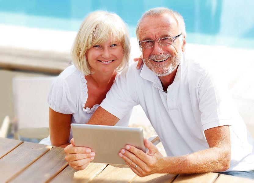 Newsletter Tablet Paar Menschen Informationen Info Facebook
