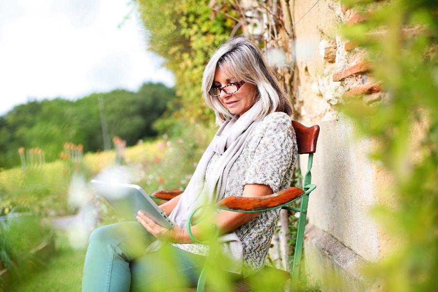 Newsletter Tablet Dame Frau Menschen Informationen Info Facebook