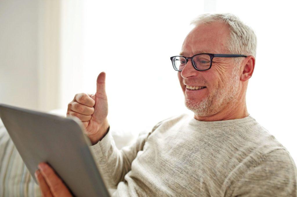 Mann Herr Senioren Tablet Couch Daumen