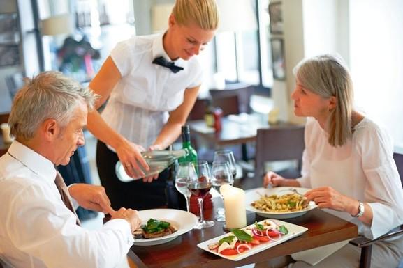 Dinner Wein Essen Hotel Paar Kellnerin