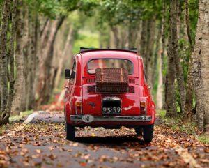 italienisches Autp Fiat 500 mit Koffer