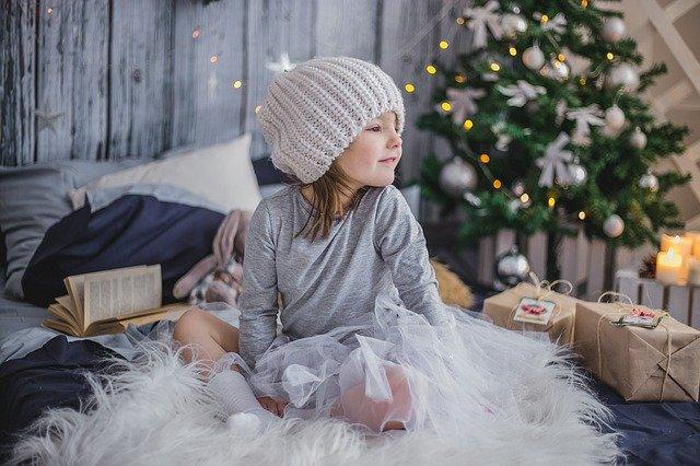 Mädchen mit Weihnachtsgeschenken